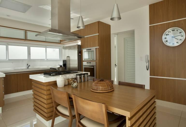 10 Cozinhas brancas e amadeiradas  veja modelos lindos e dicas!  DecorSalteado # Bancada De Pia De Cozinha Rustica