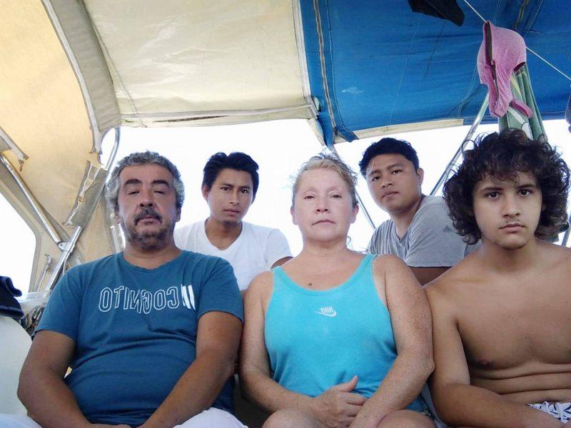Chileno y su familia llevan 51 días flotando en un velero frente a Honduras