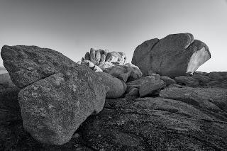 La primera piedra masónica representa simbólicamente la firmeza, la durabilidad, la forma perfecta y simboliza  que  construcción será eterna en el tiempo.