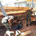 Prajurit TNI Satgas Yonif RK 136/TS Bantu Perbaiki Perahu Milik Warga