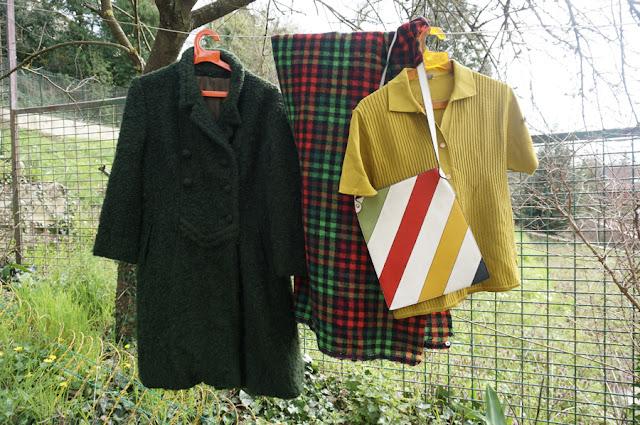 un manteau kaki foncé en laine bouclée ( je suis incapable de le dater , je pense plus vieux que les périodes que je maitrise ) , du tissu à carreaux , un sac repéré par le bucheron  (3ème coup de coeur) et un polo    boucle wool coat , plaid woolen fabric, 60s striped bag , chartreuse knit polo vintage 60s 70s 1960 1970 annees 60 70