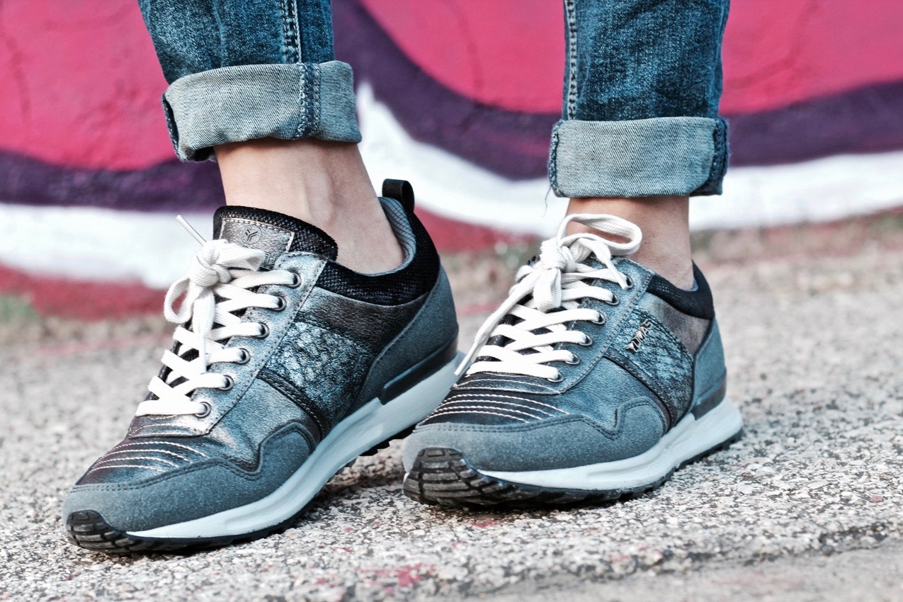 zapatillas sumas gris
