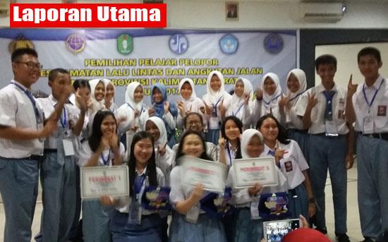 FOTO BERSAMA : Para pemenang Seleksi Pelajar Pelopor Keselamatan Jalan Raya dan Angkutan Jalan Tingkat Provinsi Kalbar berfoto bersama usai penutupan. Foto Asep Haryono