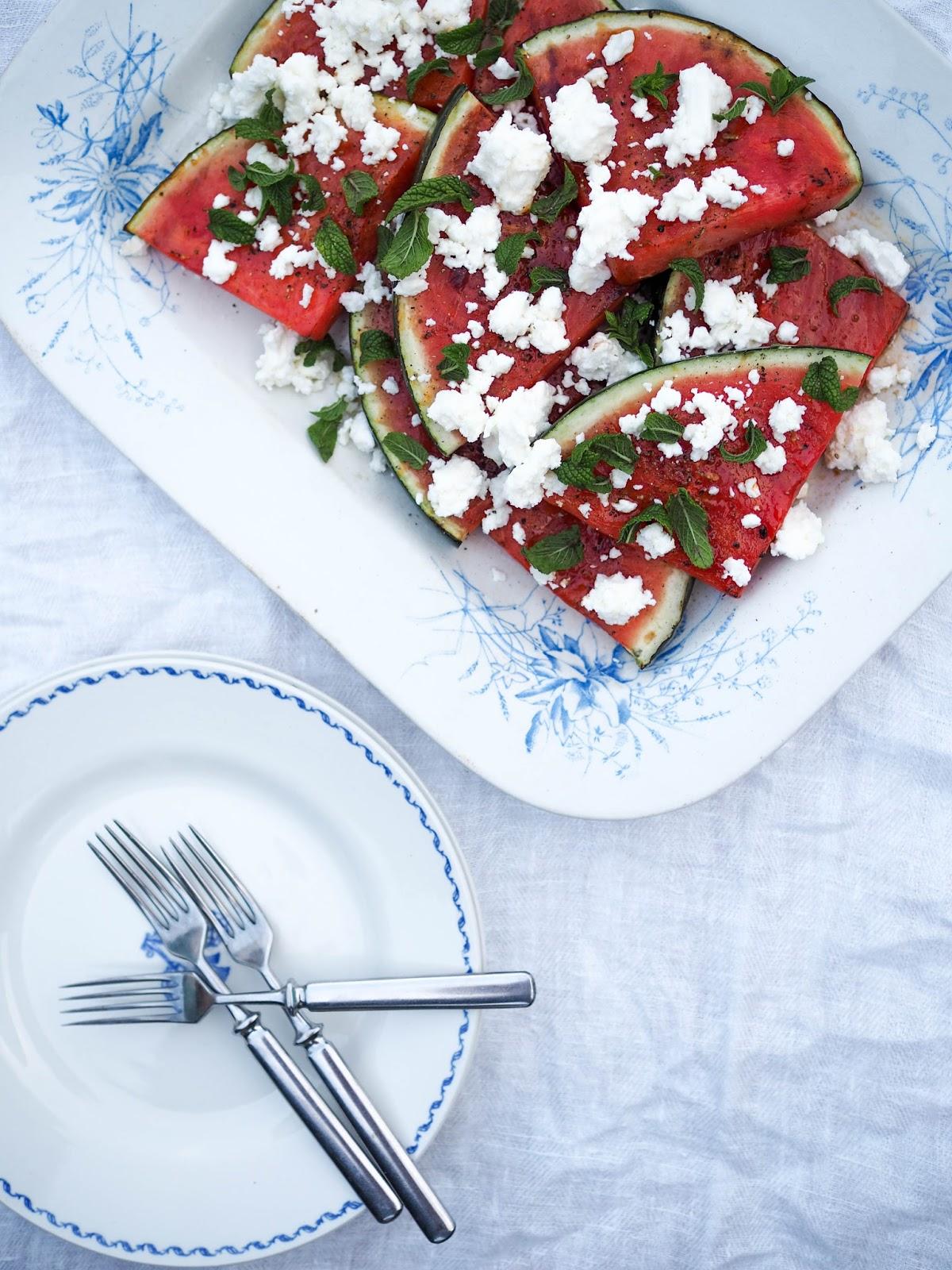 Grillatun vesimelonin lisukkeet, grillatut hedelmät, hedelmien grillaaminen, Grillattua melonia, minttua ja fetaa, lomaruokaa, helppoa lomaruokaa, grillattua vesimelonia, minttua ja fetaa