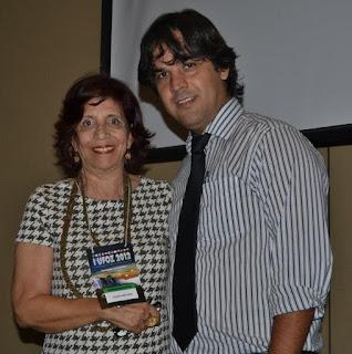 Psicóloga Gilda Moura ao lado do presidente da AMPUP