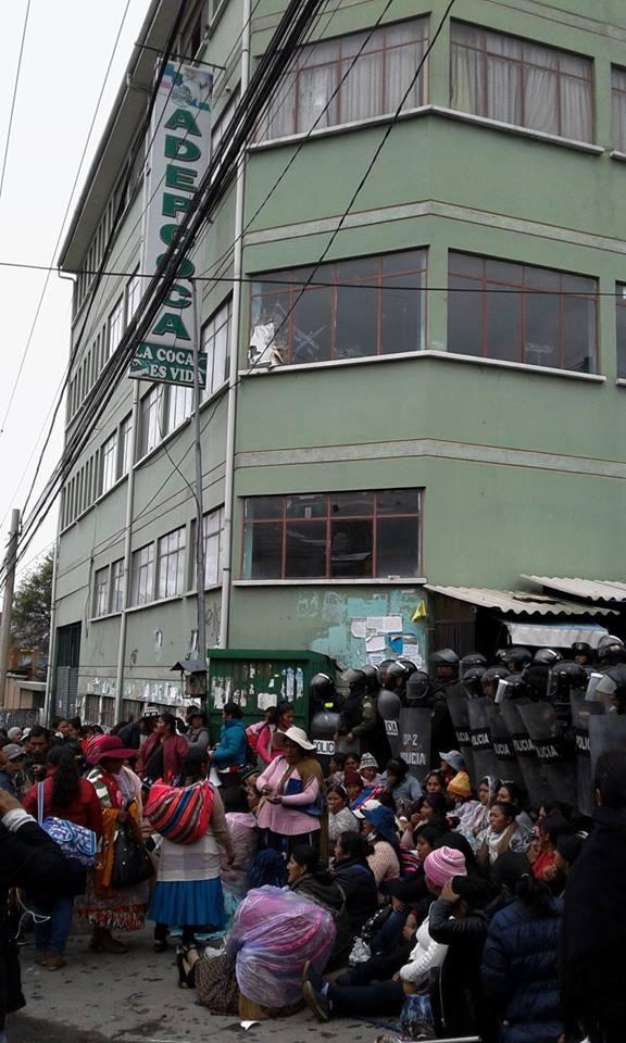 Continúa la tensión en la sede de ADEPCOCA / ÁNGEL FERNÁNDEZ