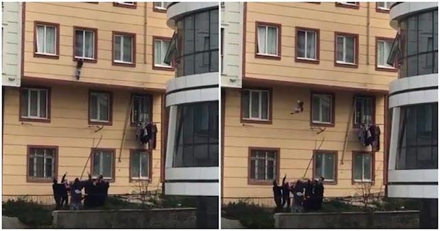 Случайные люди спасли ребенка выпавшего из окна, в этом виноваты родители, оставившие мальчика без присмотра...