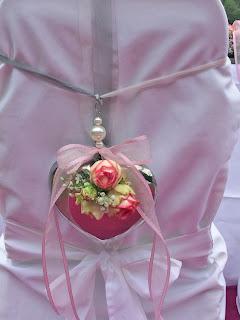 Stuhldekoration - Internationale Hochzeit mit Gleitschirmflug des Bräutigams, Riessersee Hotel Garmisch-Partenkirchen, besondere Trauungen, Hochzeit in Bayern, #Riessersee #Garmisch #Gleitschirm #Hochzeit #Tandemflug #heirateninbayern