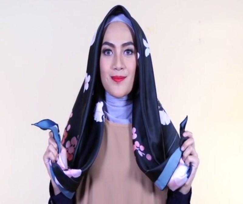 Jilbab Segi Empat Satin Motif Hijab Casual