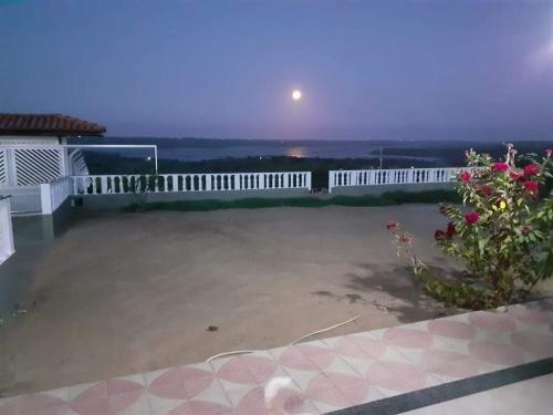Lua cheia surgindo sob o Rio Paraguaçu - Geolândia, Cabaceiras do Paraguaçu - Bahia. #PraCegoVer