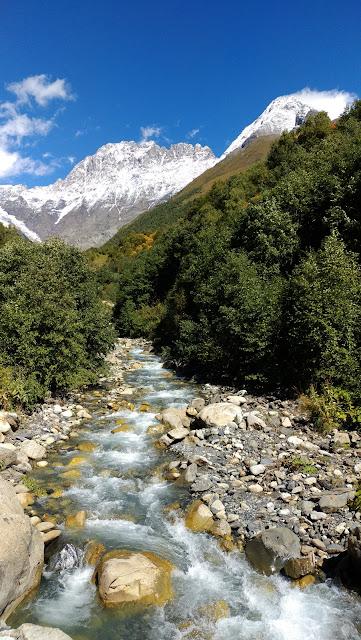 горная речка в Грузии
