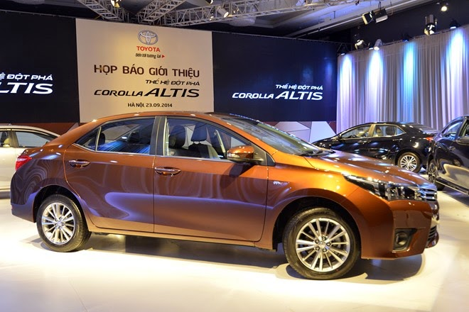 Corolla Altis trẻ trung , mạnh mẻ với đường gờ dập nổi chạy suốt thân xe