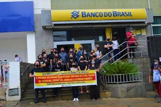 Bancários de Vitória da Conquista protestam contra o fechamento de agências e demissões