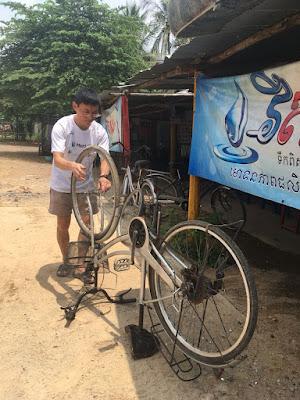 Reparar bicicletas fue una de las tareas que Jeffrey realizó en Camboya.