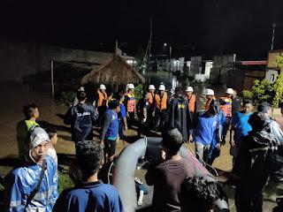 Evakuasi korban banjir di Ranjok, Lobar