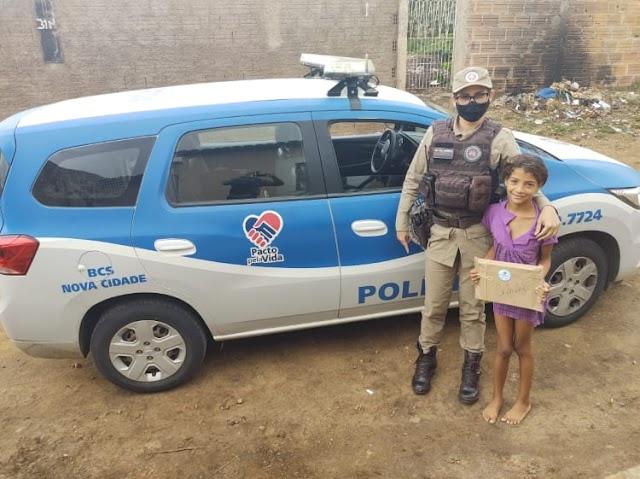 Crianças de Conquista recebem livros das mãos de PMs