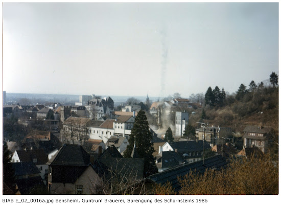 BIAB_E_02_00016a: Bilder der Sprengung des Schornsteines, Brauerei Guntrum, Bensheim 1986, Quelle: Norbert Clara, Bensheim
