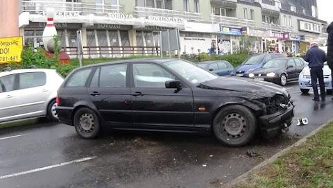 Átrepülte az útelválasztó padkát a BMW és a szemközti sávban közlekedő autónak csapódott Nyíregyházán