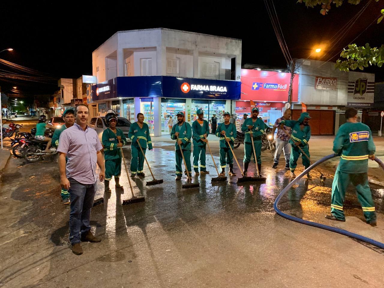 Prefeito de Ribeirão coordena e vistoria serviço de higienização das principais ruas da cidade