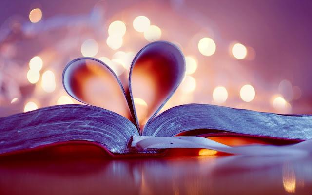 Folhas da Bíblia formando um coração