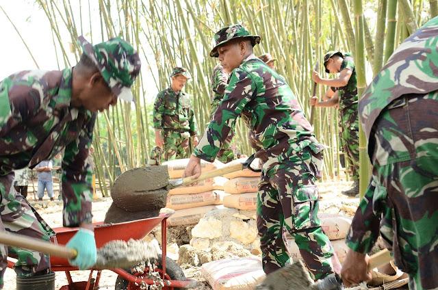 Dandim 1407/Bone Bersama Ratusan Anggotanya Bantu Warga Angkat Material Pembuatan Jalan Tani