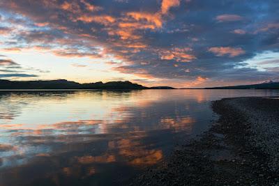 atardecer en el lago Lagarfjlot en Islandia donde se dice habita un dragon