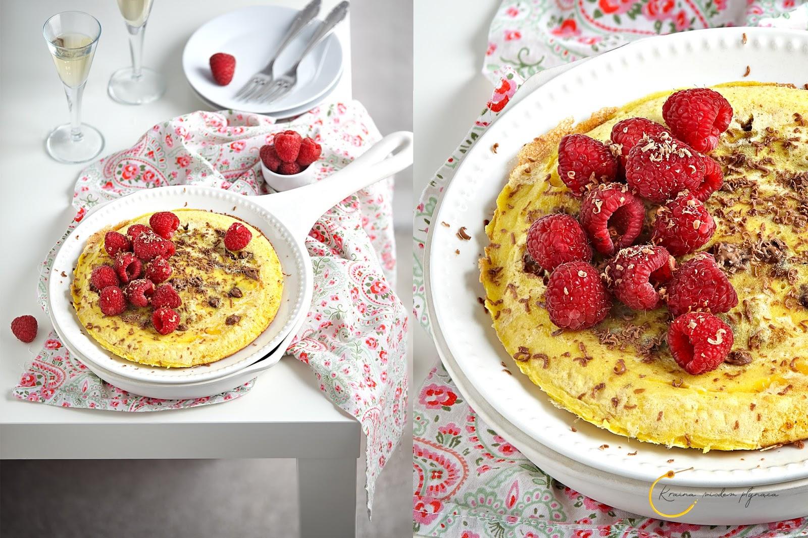 omlet z czekoladą, omlet jajeczny, omlet czekoladowy, omlet bez ubijania piany, omlet z owocami, grzybek z czekolada, grzybek czekoladowy, pomysł na śniadanie, pomysł na walentynki, kraina miodem płynąca, fotografia kulinarna szczecin