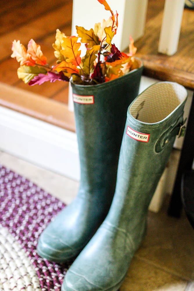 Hunter boots with fall decor - www.goldenboysandme.com