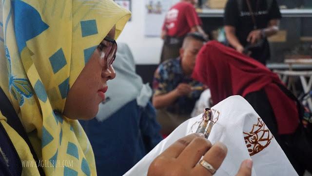 Membatik di Museum Batik Pekalongan