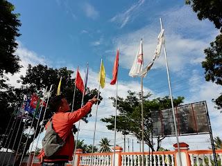 Bendera PKB dan PKS Yang Terpampang di KPUD Lamsel Amburadul
