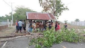 Masyarakat Desa Bara Blokir Jalan, Minta KPH Bebaskan Warga Ditahan