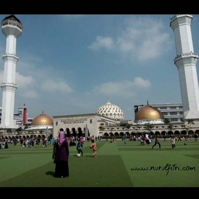 Menikmati Lembutnya Rumput Sintetis di Pelataran Mesjid Agung Bandung
