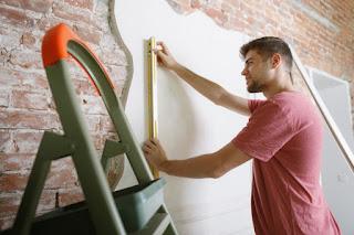 homem jovem trabalhando em casa para si mesmo