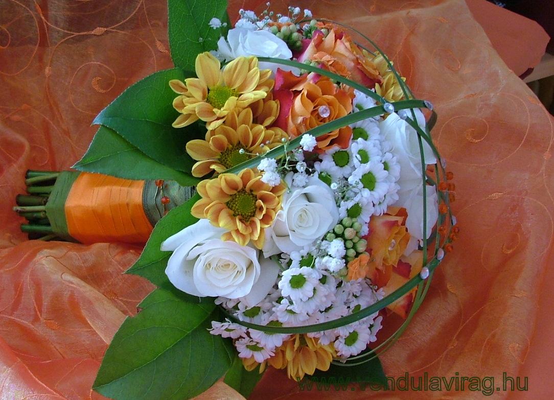 38fce27d47 Mivel Szilvi szereti a pici apró virágokat, így csokrába apró virágú  santinit rezgőt, korallvirágot kötöttem a fehér és narancs rózsák mellé.