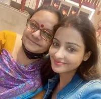 छवि पांडे अपनी माँ के साथ