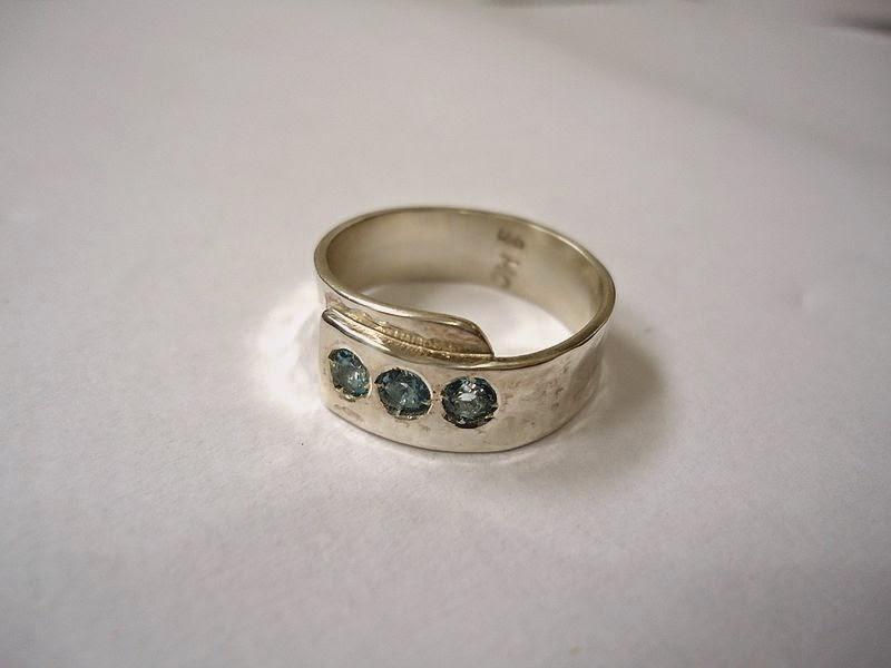 anillo de plata con topacios en entrada significado de soñar con un anillo de plata