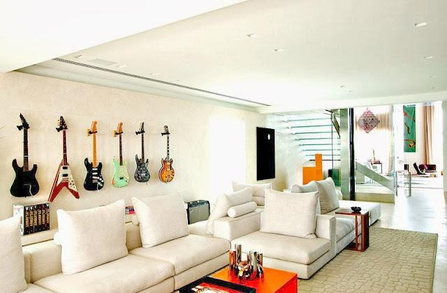 gitary elektryczne wiszące na ścianie