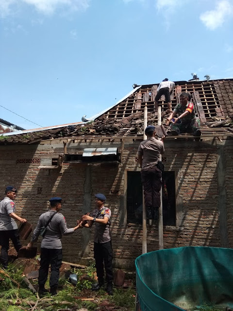 Budayakan Gotong Royong, Babinsa Genengduwur Ikut Perbaiki Rumah Warga