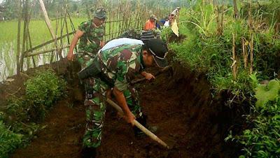Bersama Rakyat,  TNI Gugur Gunung di Lokasi TMMD