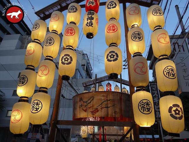 Lampions d'un yama illuminés à la fête de Gion à Kyoto