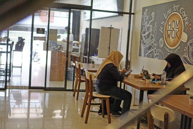 Pengunjung di area dalam kedai