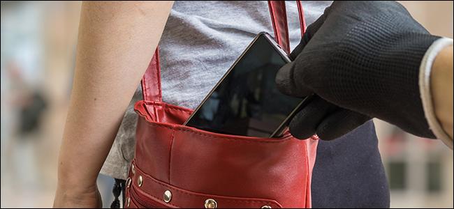 يد قفاز تسرق هاتفًا من حقيبة.