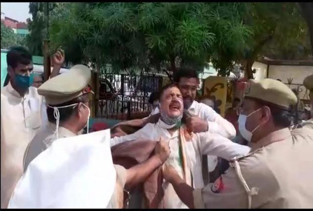गांधी मूर्ति पर बैठने को लेकर सपा-कांग्रेसी आपस में भिड़े , कांग्रेस जिलाध्यक्ष ने की खुद को आग लगाने की कोशिश
