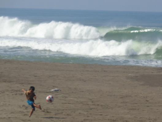 Seorang Anak Bermain Bola di Pantai
