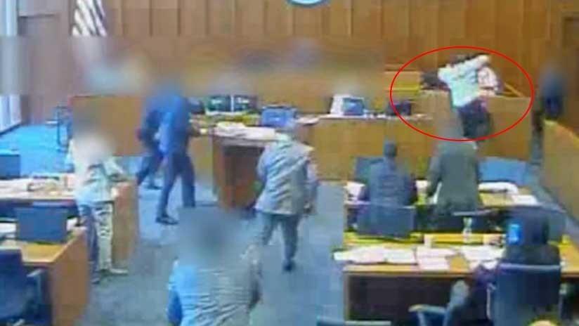 VÍDEO FUERTE (18+) : Abaten a tiros a un gángster que se lanzó sobre un testigo en un tribunal