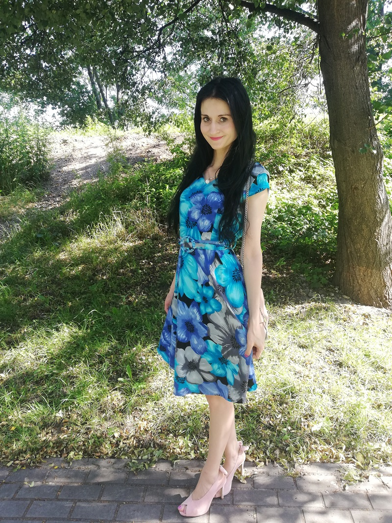 Quiosque sukienka w niebieskie kwiaty