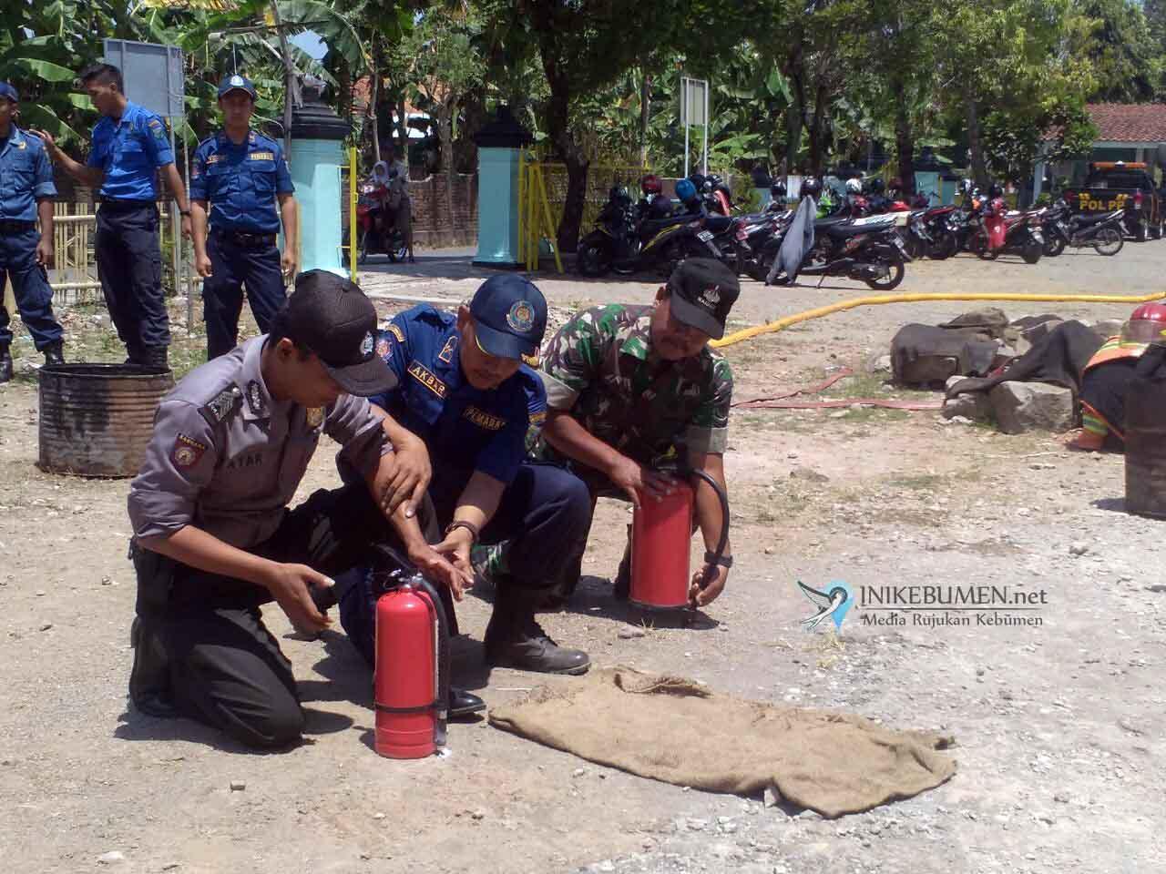 Anggota Polsek Gombong Dilatih Cara Memadamkan Api