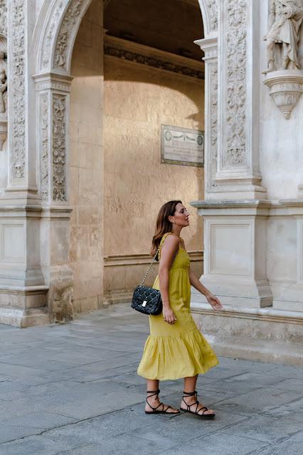 Fashion South con vestido amarillo de volantes