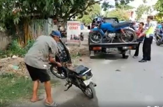 Video Kakek Bakar Motor di Depan Polisi Yang Menilangnya