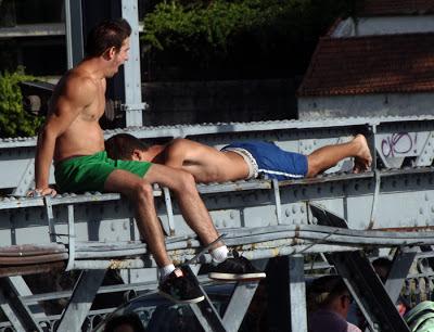 meninos que vão saltar na ponte Luis I no Porto